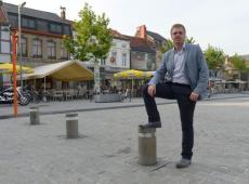 Burgemeester Bert Maertens op de Grote Markt van Izegem. © Frank Meurisse