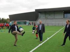 Ook de burgemeester en schepenen trapten een balletje op het veld. - Foto VDI