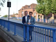 Burgemeester Bert Maertens en schepen Caroline Maertens op de brug die ooit plaats maakt voor een groen plein. FOTO: SDI