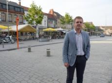 """Bert Maertens op de Grote Markt van Izegem, een van de uitgaansbuurten: """"De extra bewakingscamera's die we eind 2015 in ons centrum installeerden hebben vandaag een ontradend effect"""" © Foto Frank"""