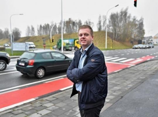 Tot grote vreugde van politicus Bert Maertens zal het kruispunt van de R8 met de Brugsesteenweg heraangelegd worden. FOTO: LOH