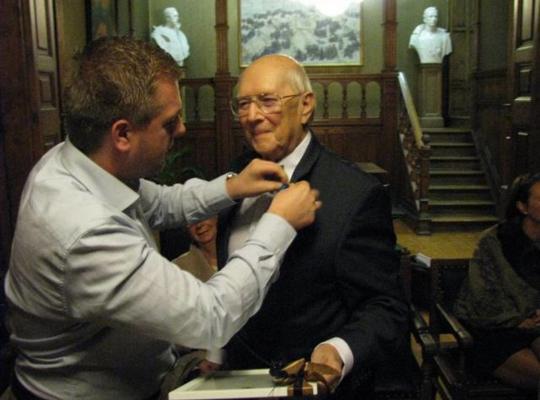 Burgemeester Bert Maertens overhandigde het erteken en een oorkonde aan een vereerde Jos Saelen. - Foto VDI