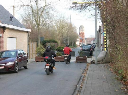 De voorlopige 'knip' met bloembakken in de Krekelstraat verdwijnt. - Foto VDI