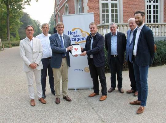© Foto VDI De bestuursleden van Rotary overhandigen alvast symbolisch een eerste defibrillator aan burgemeester Bert Maertens.
