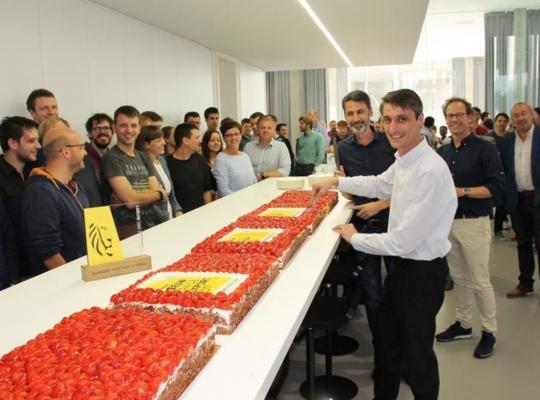 © VDI Broers Ben en Bert Vandenberghe snijden de taart aan in het bijzijn van het personeel en schepencollege.