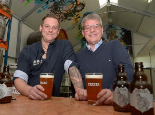 Jef Pierens en Yves Rosseel willen Pekker als stadsbier ruim verspreiden.FOTO: FMR